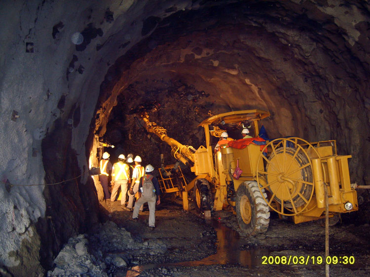 Above: pull test on a Swellex rockbolt, tunnelling project, Indonesia.